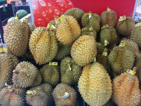 Mikään ei jaa mielipiteitä niin paljon kun durian hedelmä (ehkä jopa enemmän kuin japanilainen nattō). Toisten mielestä tuoksu on miellyttävän makea. Toisten mielestä hedelmä haisee kuin rankkitynnyri. Käveltiin hedelmien ohi marketissa ja T. yllytti nuuhkaisemaan kunnolla. Olin pyörtyä. Hedelmä on kielletty useissa hotelleissa ja kulkuvälineissä koska sitä hajua ei saa kuulemma pois millään.